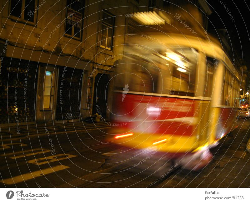 Missed the Tram Nacht Unschärfe gelb rot Straßenbahn Licht Straßenverkehr Asphalt schlafen Verkehrswege Bus night light die nacht verbringen