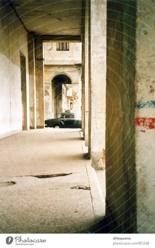 Oldtimer Havanna Kuba Arkaden KFZ PKW Foyer Wagen Verkehrswege schwarzer olditmer schwarzes auto havana Säule Gang