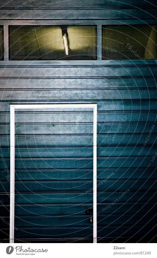 tür im tor blau gelb Fenster Holz glänzend Tür modern Streifen Tor Fensterscheibe Garage graphisch Rahmen Lamelle umrandet Garagentor
