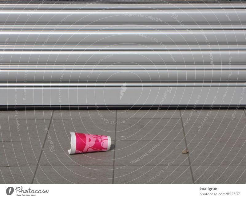 Wegwerfgesellschaft Ernährung Becher Plastikbecher Rollladen liegen kaputt Stadt grau rosa silber Gefühle Durst Umweltverschmutzung Fliesen u. Kacheln Farbfoto