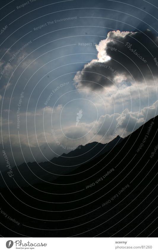 Im Frühtau zu Berge Gipfel Wolken verdeckt Gegenlicht Tal Bergkette Morgen Bergsteigen Berge u. Gebirge Sonne Himmel Morgendämmerung