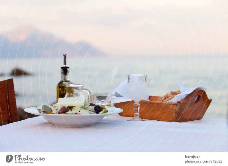 Strandsalat Lebensmittel Käse Salat Salatbeilage Abendessen Vegetarische Ernährung Getränk Alkohol Spirituosen Wein Geschirr Teller Flasche Glas Billig gut
