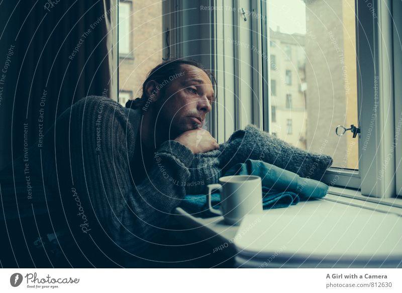 laaaaangweilig Mensch maskulin Mann Erwachsene Leben 1 30-45 Jahre Langeweile Traurigkeit Kaffeetrinken Fensterladen Gedeckte Farben Innenaufnahme