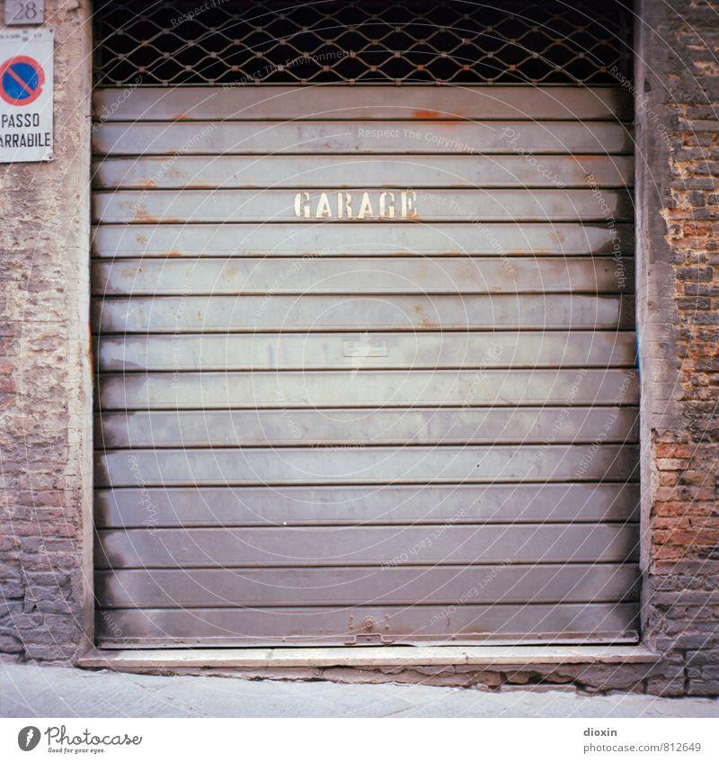 GARAGE Siena Italien Mauer Wand Garage Garagentor Rolltor Backsteinwand Verkehrszeichen Verkehrsschild Parkverbot Stein Metall Schriftzeichen Stadt analog