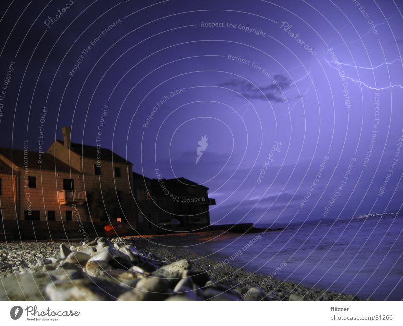 Gewitter über Kroatien Split Langzeitbelichtung Meer Blitze Steinstrand Nachthimmel Häuserzeile insel bra&#269 sutivan
