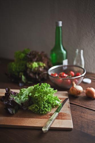 salat Lebensmittel Gemüse Salat Salatbeilage Kräuter & Gewürze Öl Zwiebel Tomate Ernährung Mittagessen Bioprodukte Vegetarische Ernährung Diät Messer