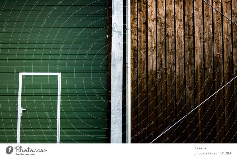 tür im tor III Garagentor Holz Fenster Streifen umrandet grün einfach Durchgang Eingang Griff glänzend abstrakt graphisch braun Draht Stahl modern Lamelle Tür