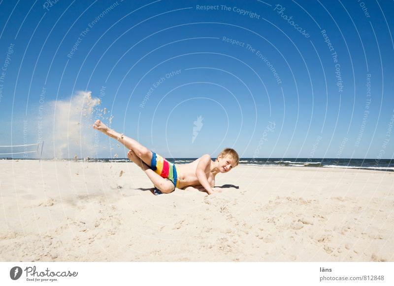 Punktlandung Mensch Himmel Kind Ferien & Urlaub & Reisen Jugendliche blau Sommer Sonne Meer Freude Strand Bewegung Küste Junge Sand springen