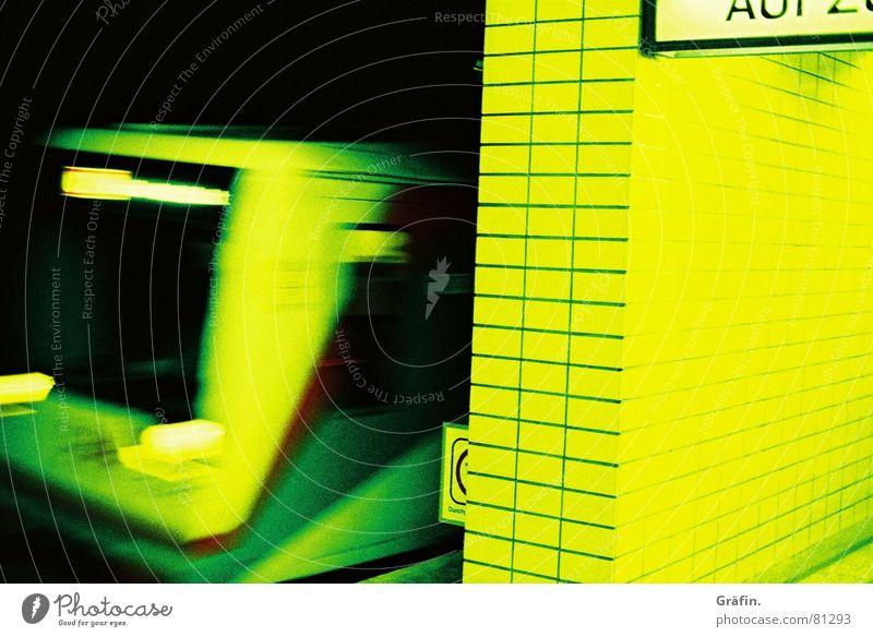 die Bahn kommt Langzeitbelichtung gelb Eisenbahn Geschwindigkeit Einfahrt Fahrstuhl Ausgang einsteigen wegfahren U-Bahn Straßenbahn Bewegung Plattform Gleise