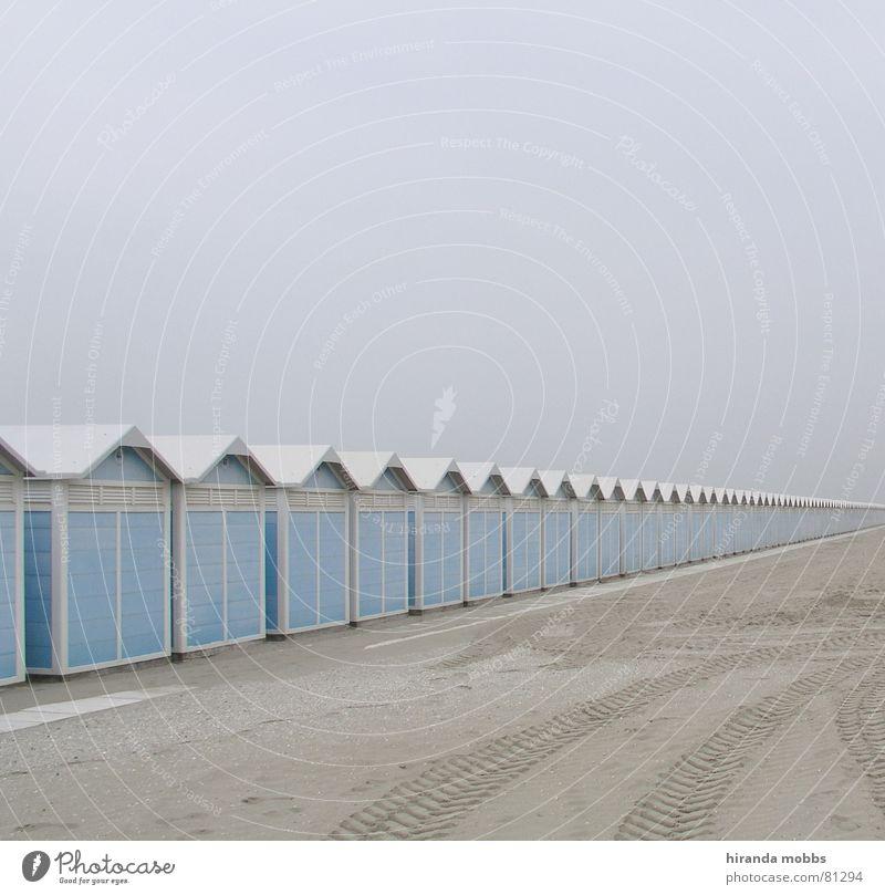 Lido Venedig Umkleideraum übersichtlich Strand Einsamkeit Spuren Nebel Menschenleer Reifenspuren Schlechte Laune Ferne abgelegen beige Nebelschleier verloren