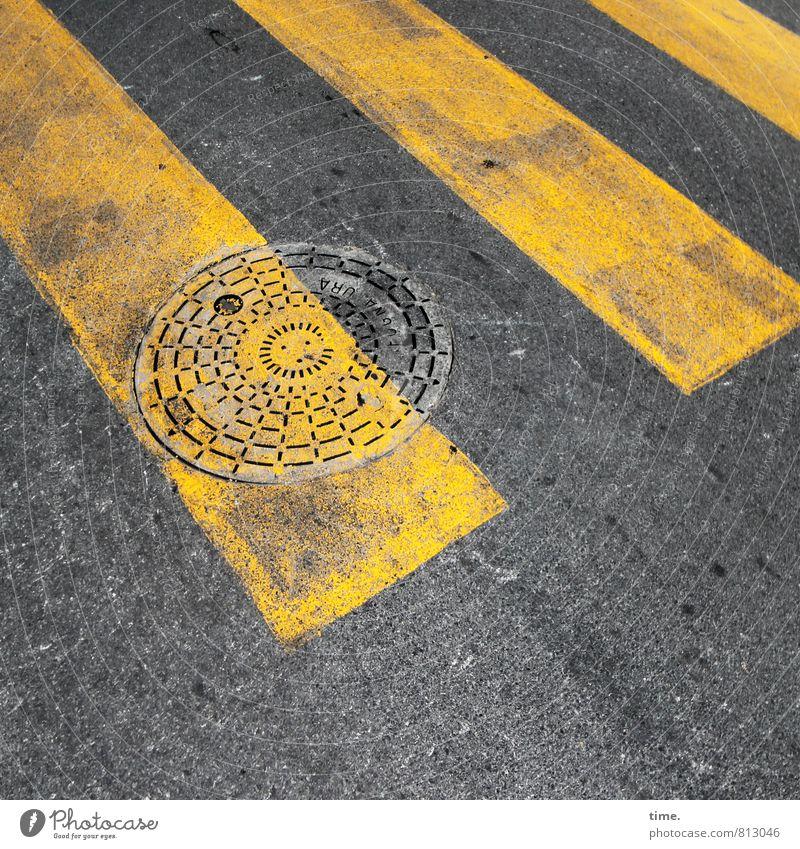 Unterwelt, Entrée Stadt gelb Straße Wege & Pfade grau Linie Ordnung dreckig Design Schilder & Markierungen Verkehr Kreis Hinweisschild Schutz Sicherheit Zeichen