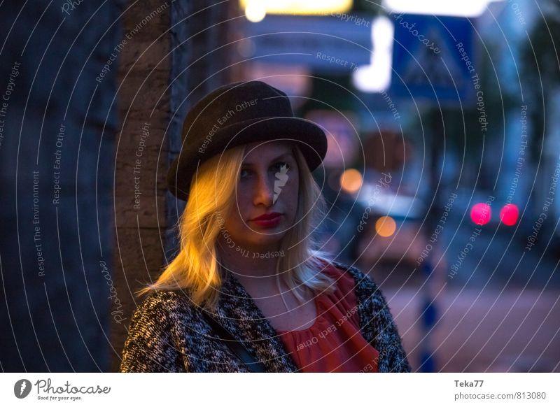 Abends Lifestyle schön Mensch feminin 1 18-30 Jahre Jugendliche Erwachsene Gefühle Schutz Einigkeit Verschwiegenheit Sympathie verstört Schüchternheit