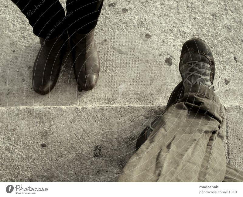 MARSEILLE A TROIS Schuhe stehen Stiefel Pause grau braun Leder Mann maskulin Mensch Fußspur Reiseroute Bodenbelag warten Expedition Bürgersteig Aufenthalt