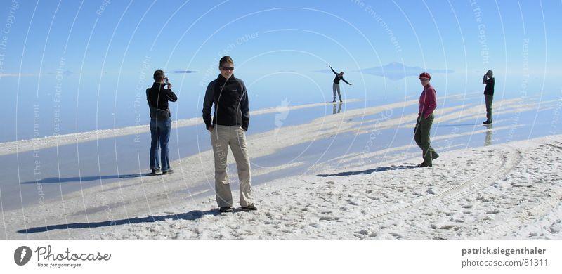 Szenen am Salzsee Mensch Wasser Himmel weiß blau ruhig Ferne Freiheit See fliegen Horizont beobachten Spuren Unendlichkeit trocken Publikum