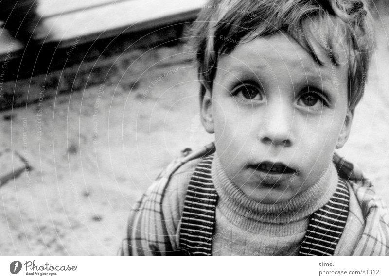 Was'n? Spielen Kind Junge Auge Sand Pullover Neugier Gefühle Einsamkeit Unglaube Sandkasten Anorak Wuschelkopf wuschelkopp Fragen Porträt Blick Blick nach oben