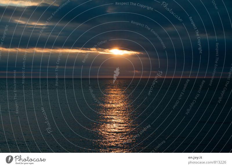 Lichtblick Ferne Freiheit Meer Wasser Gewitterwolken Horizont Sonnenaufgang Sonnenuntergang Sonnenlicht Klima schlechtes Wetter Unwetter Sturm bedrohlich dunkel