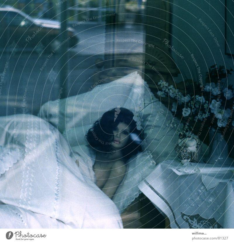 Kommst du nun endlich? Bett Frau Schaufensterpuppe Schlafzimmer Nachtleben Straßenverkehr PKW warten Lust Eifersucht Moral nackt Scham Bettwäsche Einladung