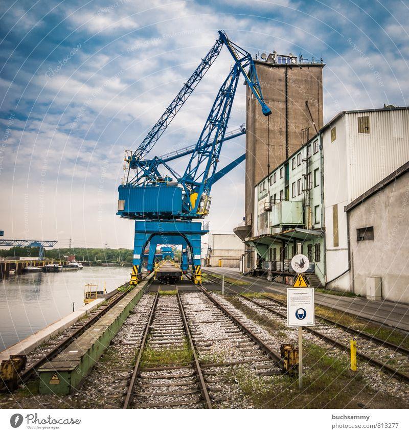 Blauer Hafenkran Stadt Wasser Wolken Fassade Schilder & Markierungen Industrie Güterverkehr & Logistik Schifffahrt Dienstleistungsgewerbe Wirtschaft Lagerhalle