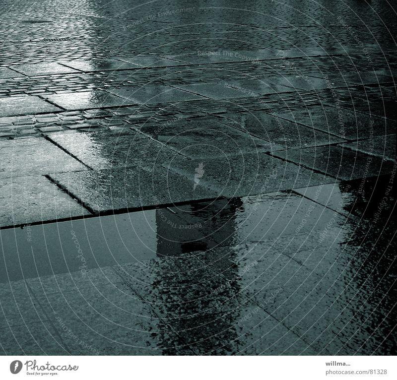 nasskalt aufm asphalt dunkel Straße Herbst grau Regen leer Platz Asphalt Verkehrswege Kopfsteinpflaster Straßenbelag feucht Pfütze trüb November