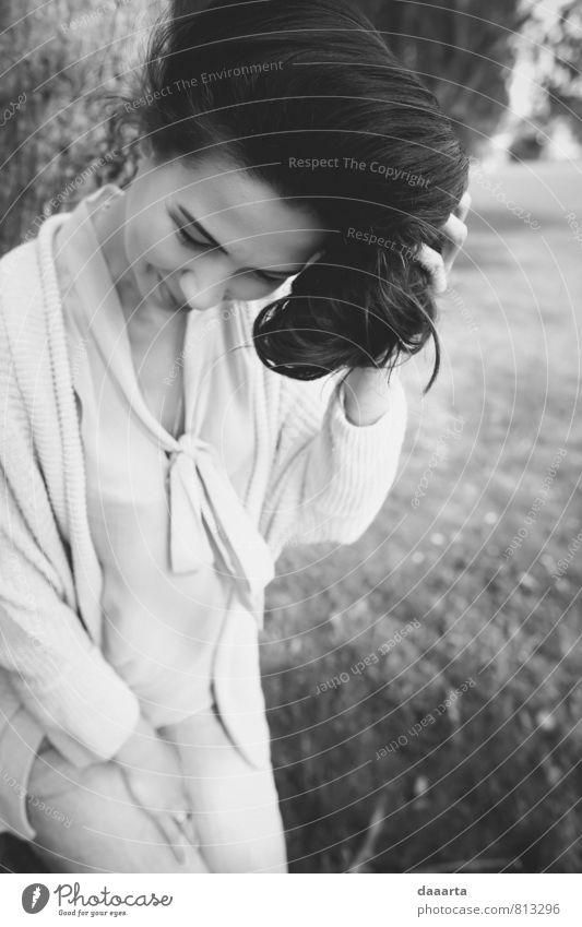 schönes V Lifestyle elegant Stil Freude harmonisch Wohlgefühl Erholung feminin Junge Frau Jugendliche Garten Park hängen Lächeln einfach frech Freundlichkeit
