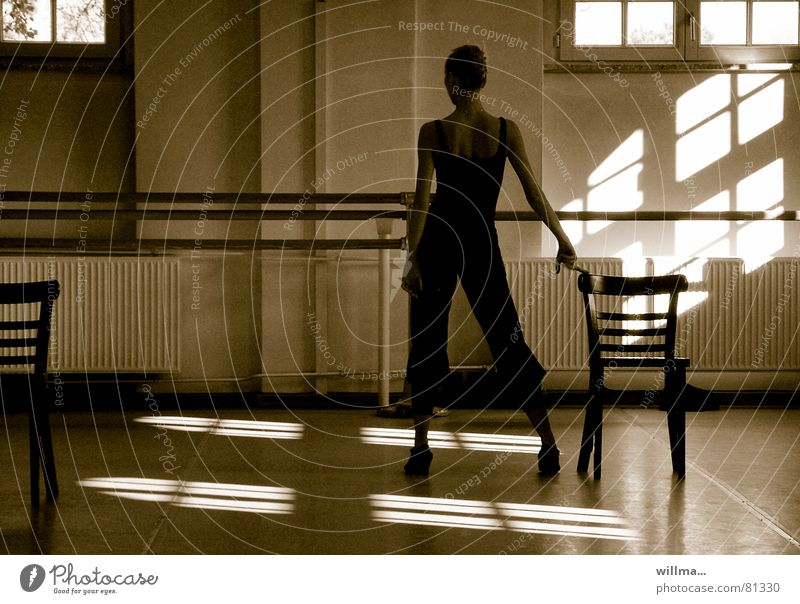 Ballettprobe Tänzerin Frau junge Frau Stuhl Tanzen Kunst Balletttraining Balletttänzer Kultur ästhetisch ballettprobe cabaret Rückansicht Körpersprache
