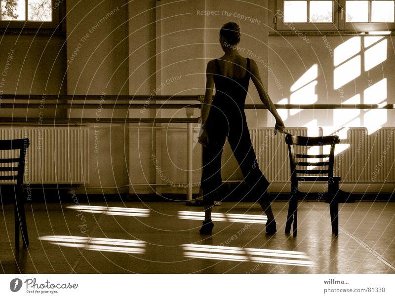 + & = Fenster Bewegung Kunst Tanzen elegant ästhetisch stehen Stuhl Kultur berühren Balletttänzer Tänzer zwischen Fensterkreuz Probe Körpersprache