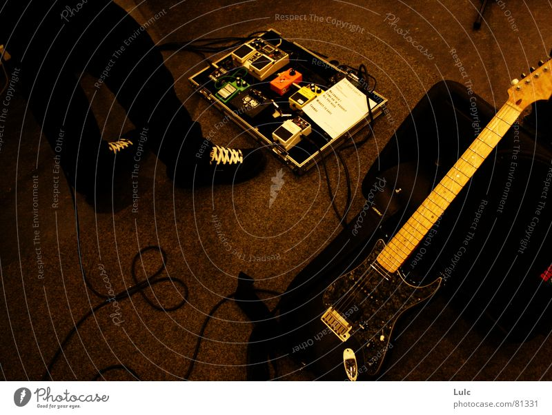 Play me ! Funktechnik Musik effects laces musician distortion phaser youth Wildtier shoes legs guy feet guitar Kontrabass Anzeige