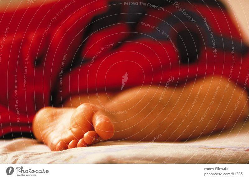 langschläfer Mann Ferien & Urlaub & Reisen Fuß frei schlafen Bett Feiertag Schlafzimmer Bettlaken Bettdecke Wochenende ruhen Gelenk Mittagsschlaf Halbschlaf