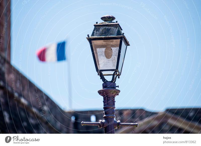 Französische Fahne mit Straßenlaterne Wind Frankreich Stadt Stadtzentrum Altstadt Haus Zeichen blau rot weiß Stolz Politik & Staat Straßenbeleuchtung