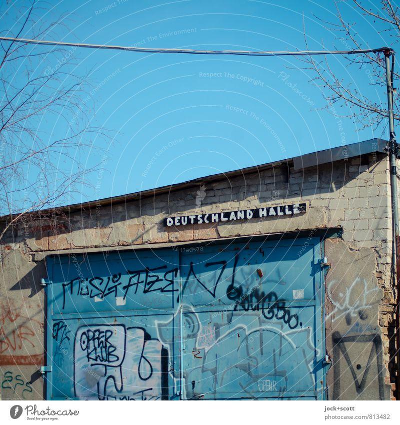 Tschlaaand Halle blau Graffiti Frühling lustig Berlin klein Zeit trist Zufriedenheit geschlossen Idee Wolkenloser Himmel Verfall Stahlkabel Tor Sightseeing