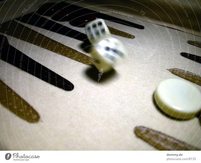 alea iacta est ... 1 Backgammon schwarz weiß Ziffern & Zahlen Unschärfe Makroaufnahme Nahaufnahme Bewegung Würfel