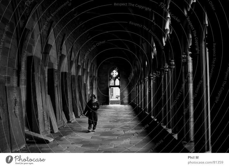 Aus dem Licht... Rosette Elsass Frau Einsamkeit Denken Religion & Glaube Ruine Europa Durchgang Verfall Trauer schwarz heilig Gotteshäuser verfallen