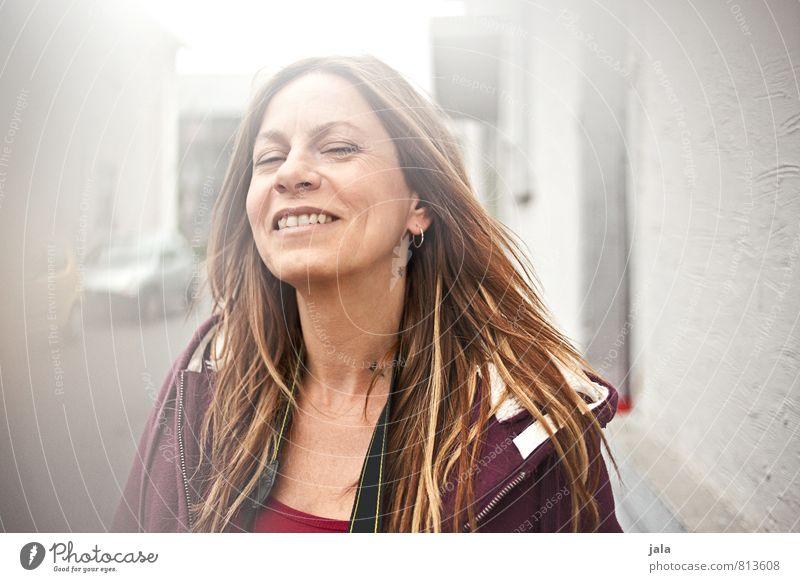 :-) Mensch Frau schön Haus Freude Erwachsene Straße feminin Glück Zufriedenheit wild blond 45-60 Jahre Fröhlichkeit ästhetisch Freundlichkeit