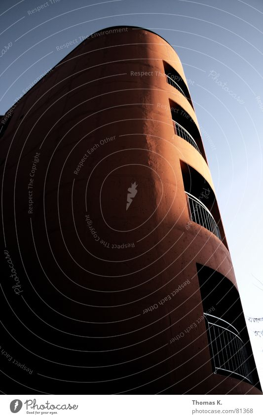 Stiege 2 (oder™: Stiege1, ich weiß es nicht mehr.) Himmel blau rot Sonne Haus dunkel Architektur Gebäude orange Treppe Design Hochhaus Perspektive Baustelle Bauwerk Geländer