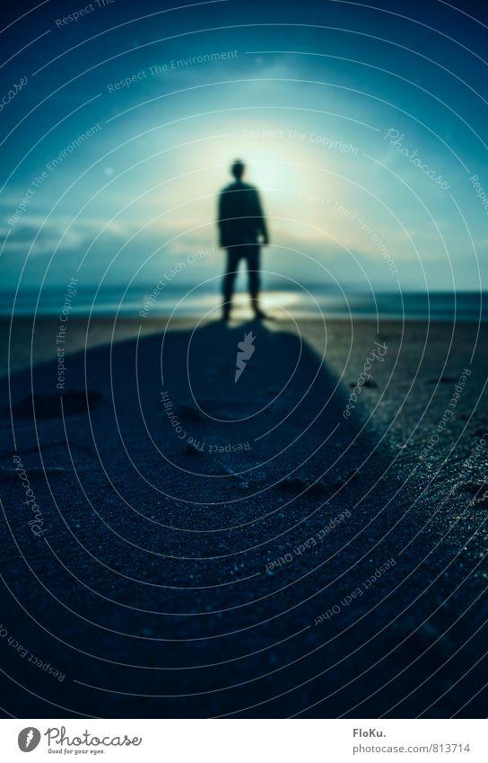 Sie sind hier! Mensch Jugendliche Mann blau Sommer Strand 18-30 Jahre dunkel kalt Umwelt Erwachsene Küste Sand Stimmung Horizont maskulin