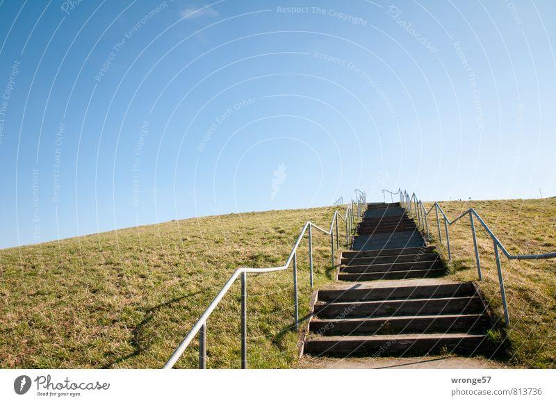 Himmelstreppe Sommer Hügel Müllhalde hoch blau braun Rekultivierung Erneuerung Treppe Geländer Horizont himmelwärts Blauer Himmel Grashügel aufsteigen Farbfoto