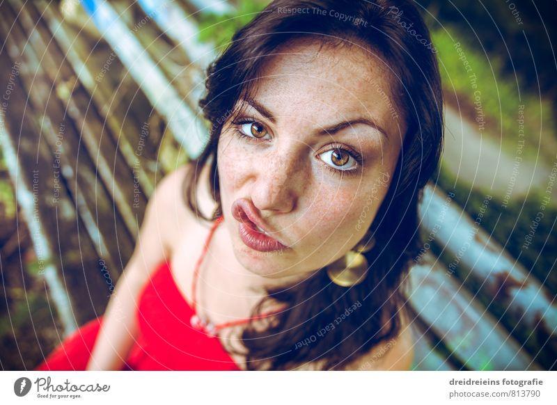 Duckface Mensch feminin Junge Frau Jugendliche Erwachsene 1 Ohrringe schwarzhaarig brünett langhaarig Blick sitzen frech Freundlichkeit schön einzigartig