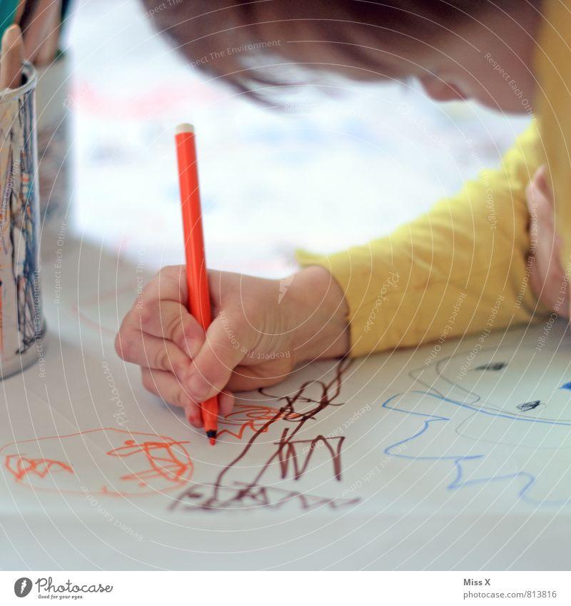 Kritzeln Mensch Kind Gefühle Spielen Freizeit & Hobby Kindheit Kreativität Papier malen Konzentration zeichnen Kleinkind Kindergarten Schreibstift Ausdauer fleißig