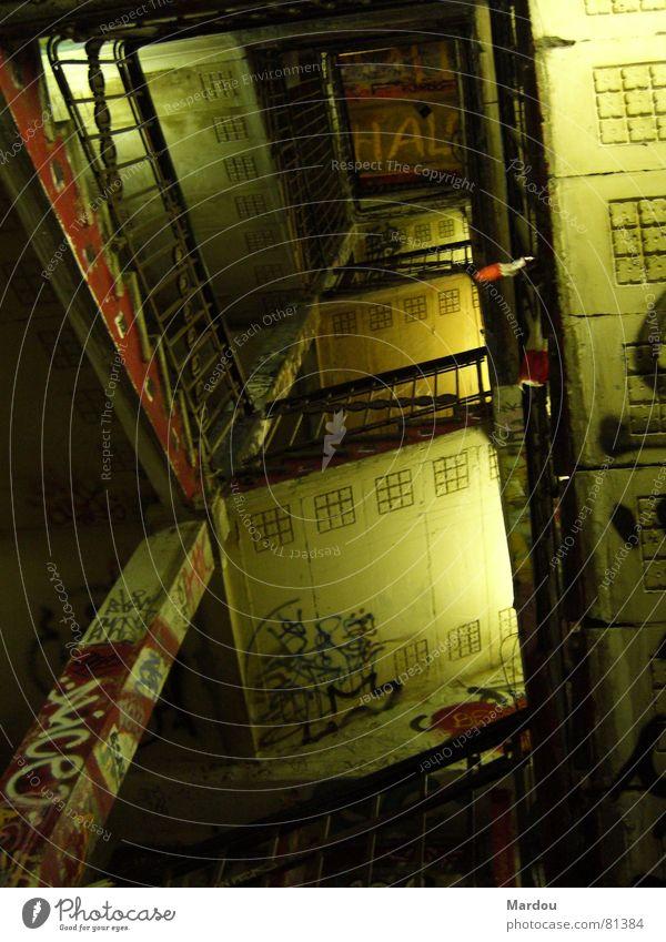 Treppenhaus in Berlin verfallen Ornament Wandmalereien Graffiti Umgebung Riss Geländer soziale umgebung schäbig