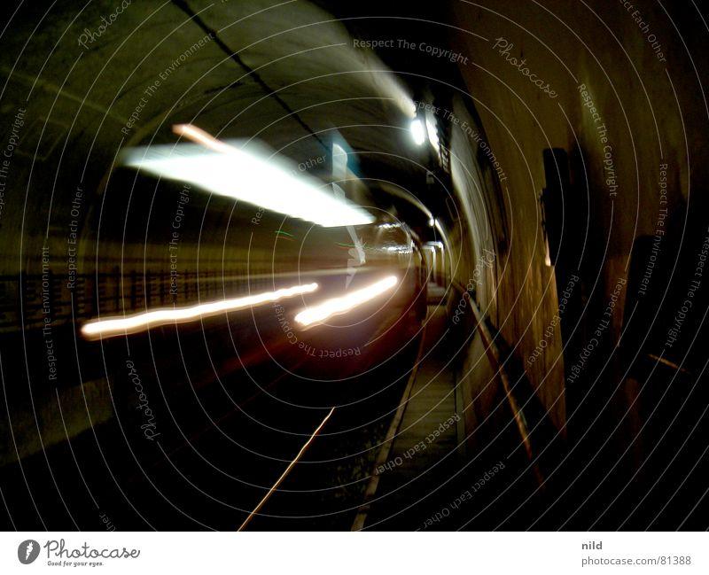 zrückbleiben bidde... dunkel Traurigkeit Verkehr Geschwindigkeit gefährlich Eisenbahn Perspektive trist bedrohlich München U-Bahn Eisenrohr Tunnel Bahnhof