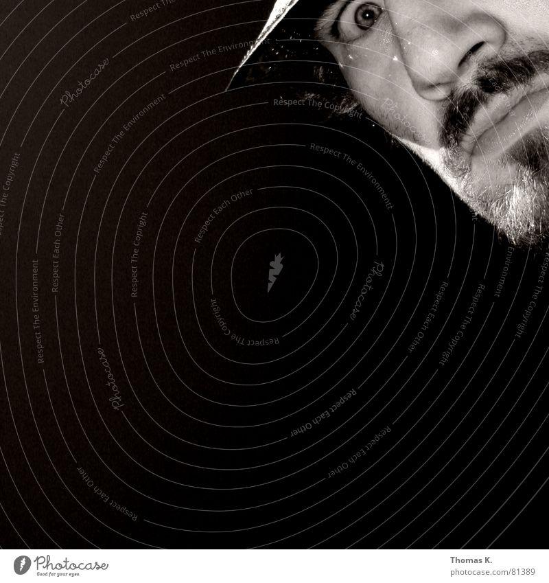 Integral (oder™: ?) Mann weiß Gesicht schwarz oben grau Bart Hut rechts