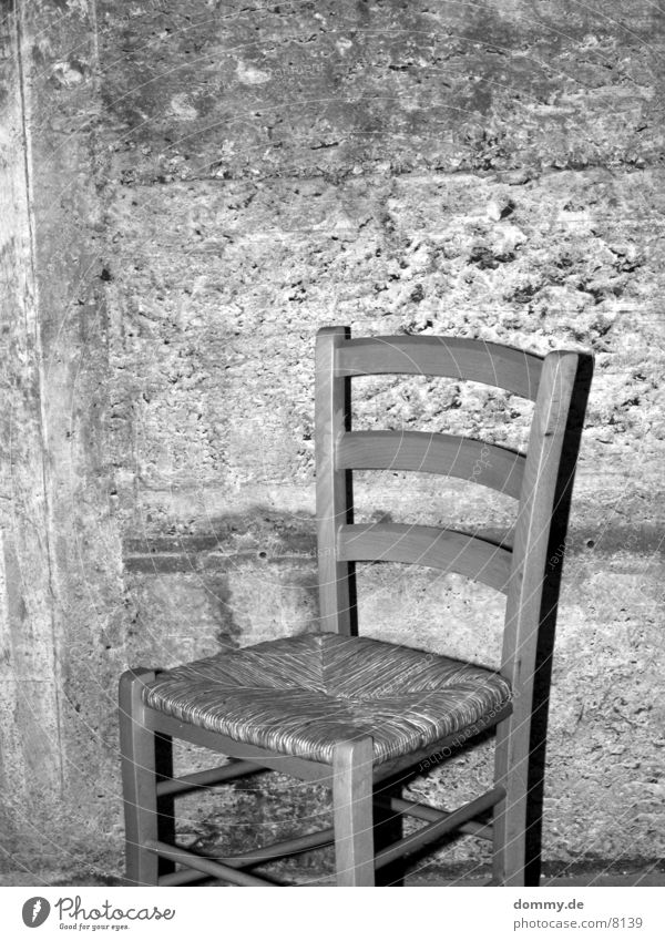 bitte nehmen Sie platz schwarz Keller Häusliches Leben Schwarzweißfoto weis Stuhl