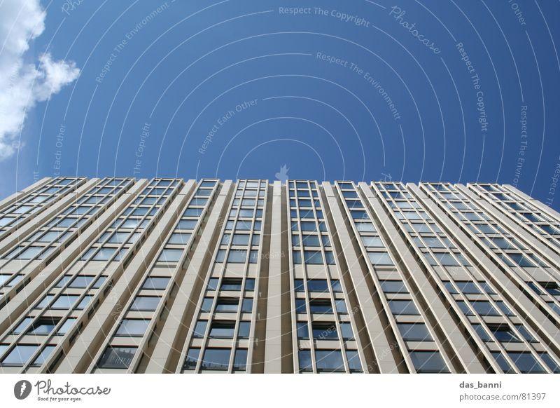 ich möchte ein Wolkenkratzer sein Bildaufbau Haus abstrakt Symmetrie grau Fenster Bürogebäude Stadt Oberfläche frisch Verlauf Gebäude hell-blau Block Klotz