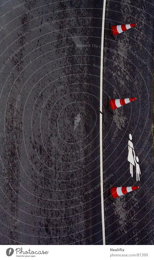Carefully (!) walking the line Sicherheit Trennung gerade Barriere dunkel gesperrt Asphalt rot Teer feucht Fahrbahn schwarz Verkehr nass Verkehrswege