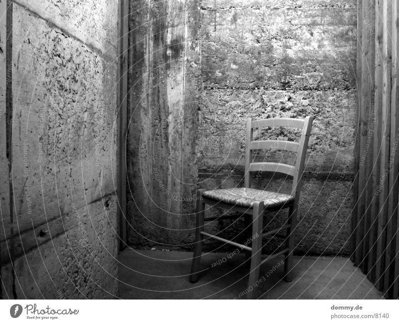 bitte nehmen Sie platz 2 Keller schwarz Häusliches Leben Schwarzweißfoto weis Stuhl