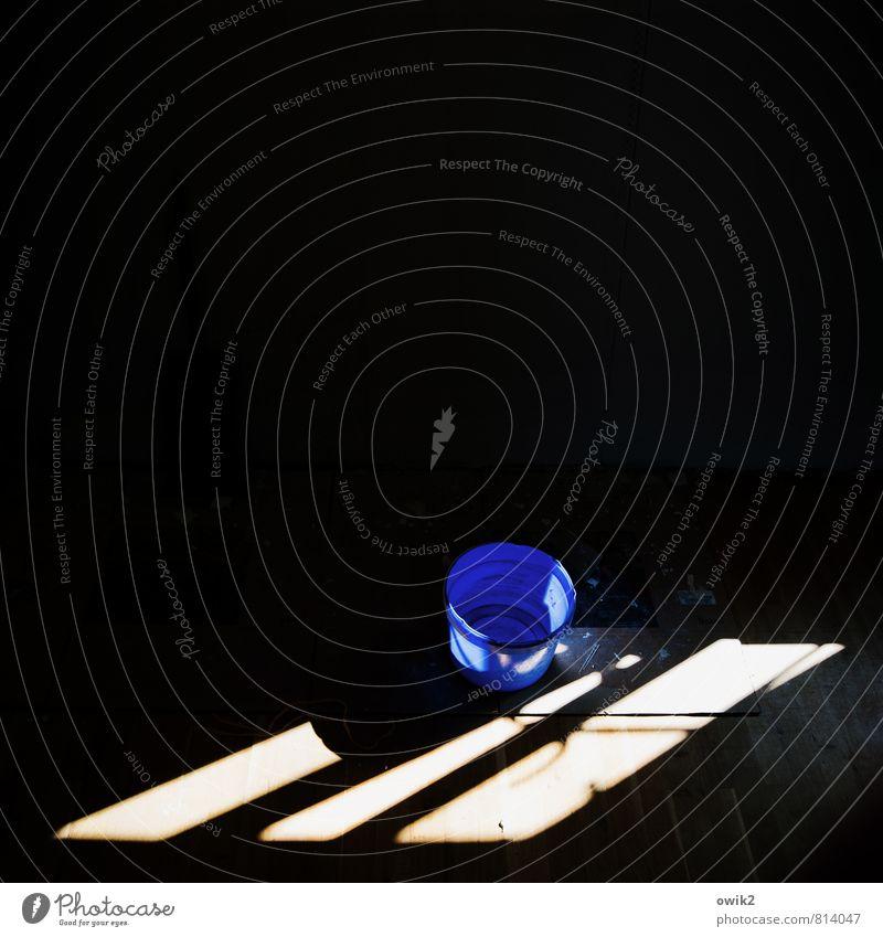 Feierabend Renovieren Eimer Lichteinfall Fensterrahmen Kunststoff leuchten rund unten blau schwarz weiß gewissenhaft Gelassenheit ruhig Ordnungsliebe Reinheit