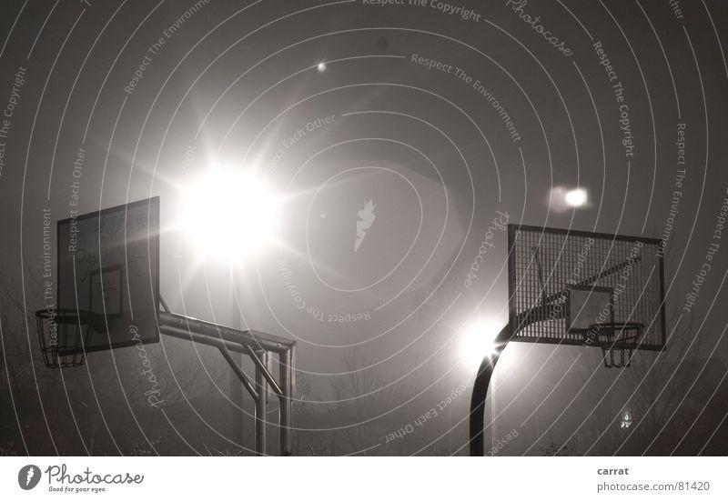 Second Goooaaal! energiegeladen Hintergrundbeleuchtung rot groß Korb schwarz Stimmung Nacht dunkel Stativ Außenaufnahme Langzeitbelichtung Sport Spielen