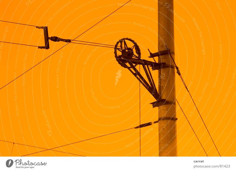 Die Bahn kommt gelb Farbe Bewegung Luft Linie Beton Elektrizität Kabel Rad Grafik u. Illustration Rolle graphisch Straßenbahn grell Strebe Oberleitung