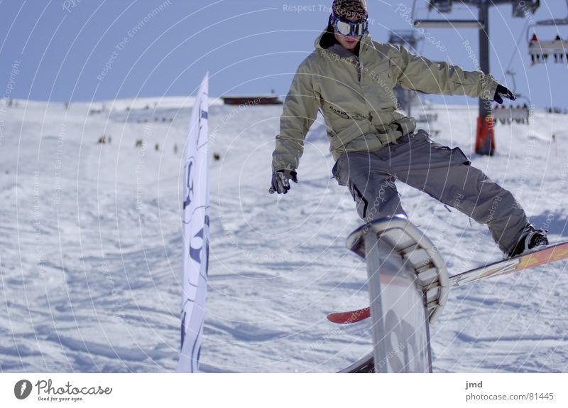 Backside Boardslide Schwache Tiefenschärfe Skigebiet Snowboard fahren Snowboarding Goldener Schnitt Trick Weitwinkel Freestyle Stil Hoch-Ybrig Resort