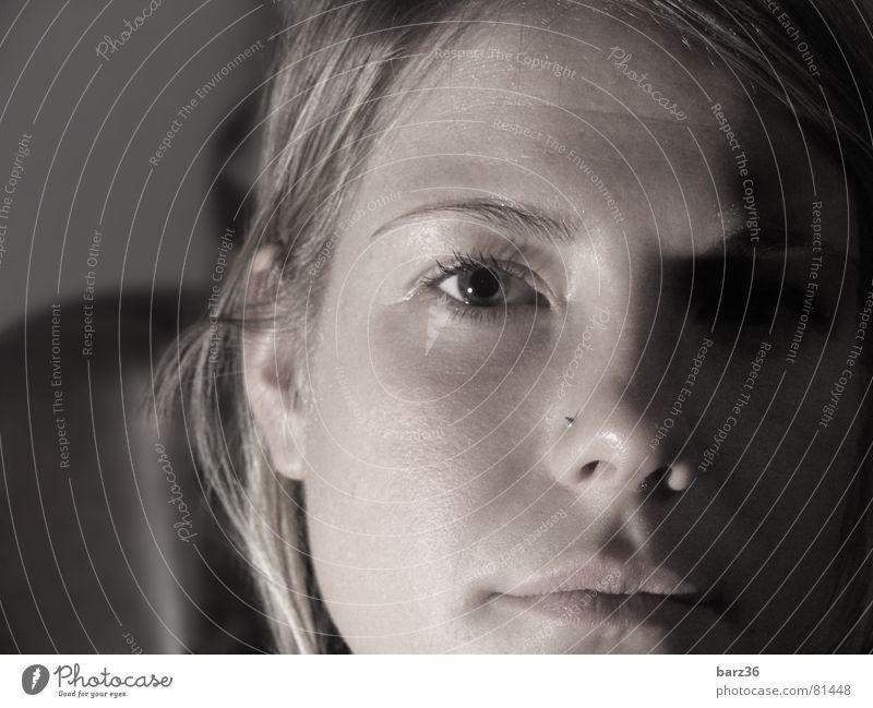 düster dunkel Frau schön Trauer süß ernst Traurigkeit Gesicht Denken Blick Gesichtsausdruck Schatten